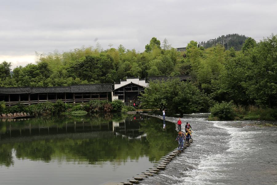 上饶彩虹桥PPT背景图片免费下载是由PPT宝藏(www.pptbz.com)会员zengmin上传推荐的风景PPT背景图片, 更新时间为2016-10-12,素材编号105713。 婺源有一种颇有特色的桥廊桥,所谓廊桥就是一种带顶的桥,这种桥不仅造型优美,最关键的是,它可在雨天里供行人歇脚。 视着流经的每一次洪水。八百年来,仿佛怒吼着同一个声音:洪魔让道!