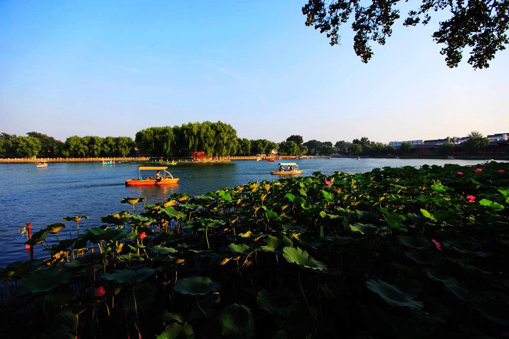 什刹海PPT背景图片免费下载是由PPT宝藏(www.pptbz.com)会员zengmin上传推荐的风景PPT背景图片, 更新时间为2016-09-28,素材编号103934。 什刹海,是北京市历史文化旅游风景区、北京市历史文化保护区。位于市中心城区西城区,毗邻北京城中轴线。水域面积33.6万平方米,与中南海水域一脉相连,是北京内城唯一一处具有开阔水面的开放型景区,也是北京城内面积最大、风貌保存最完整的一片历史街区,在北京城规划建设史上占有独特的地位。在2000年批准的北京25片历史文化保护区中,什刹海地