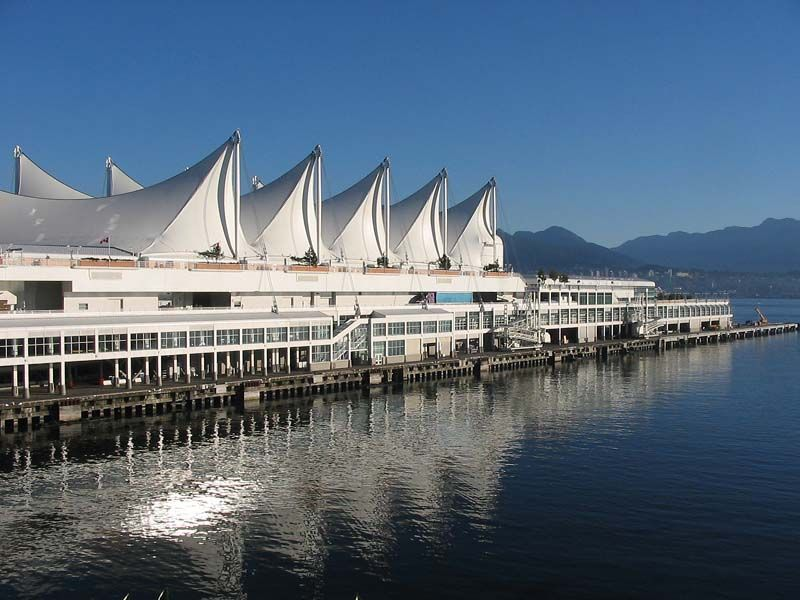 加拿大广场PPT背景图片免费下载是由PPT宝藏(www.pptbz.com)会员zengmin上传推荐的风景PPT背景图片, 更新时间为2017-01-06,素材编号117953。 加拿大广场(Canada Place),它作为温哥华的象征而为人熟知,是1986年温哥华万国博览会的加拿大馆。 .整个建筑以巨形帐幕来做外墙,内有议会中心、码头、商店、酒店及一间五星级的饭店The Pan Pacific Hotel。此外,还有一个银幕宽大的CN IMAX剧场。这个剧场利用超高速摄影,使播放的影片更具身临其境感