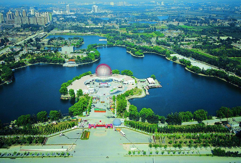 北京朝阳公园PPT背景图片免费下载是由PPT宝藏(www.pptbz.com)会员zengmin上传推荐的风景PPT背景图片, 更新时间为2016-11-04,素材编号110195。 北京朝阳公园是一处以园林绿化为主的综合性、多功能的大型文化休憩、娱乐公园。是北京市四环以内最大的城市公园,原称水碓子公园,始建于1984年,1992年更名为北京朝阳公园。南北长约2.