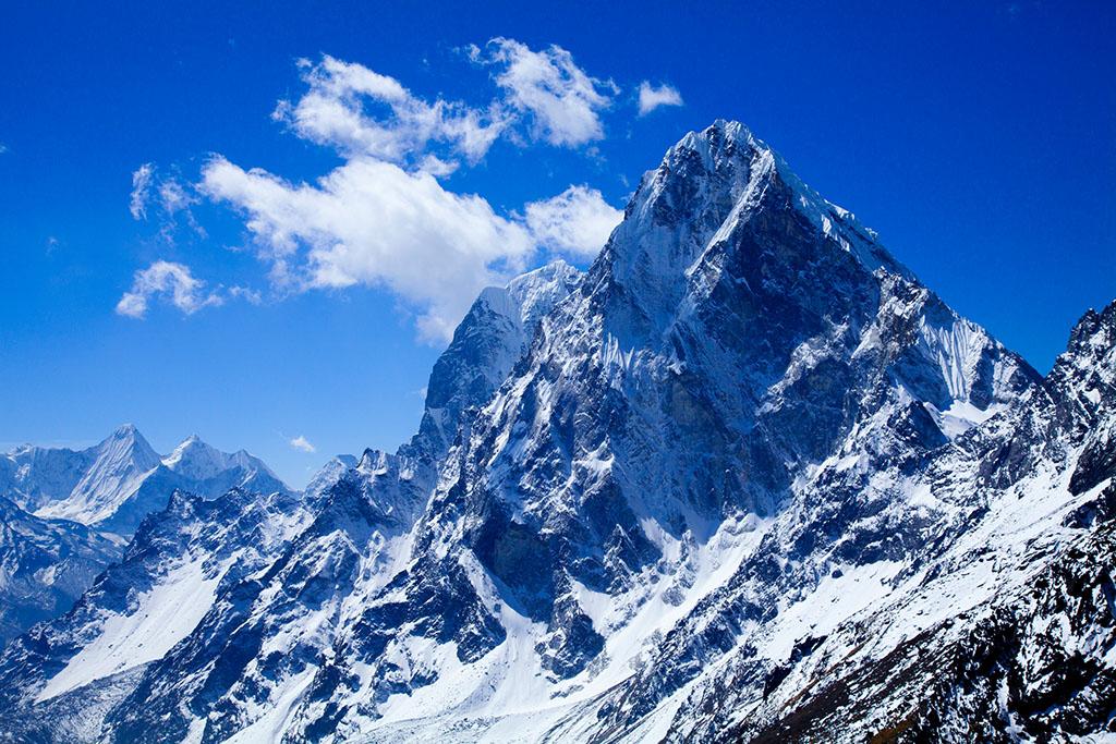 """喜马拉雅山PPT背景图片免费下载是由PPT宝藏(www.pptbz.com)会员zengmin上传推荐的风景PPT背景图片, 更新时间为2016-10-12,素材编号105714。 喜马拉雅山脉 (梵语:hima alaya,意为雪域),藏语意为""""雪的故乡""""。位于青藏高原南巅边缘,是世界海拔最高的山脉,其中有110多座山峰高达或超过海拔7350米。是东亚大陆与南亚次大陆的天然界山,也是中国与印度、尼泊尔、不丹、巴基斯坦等国的天然国界,西起克什米尔的南迦-帕尔巴特峰(海拔8125米),东至雅鲁藏布江大拐"""