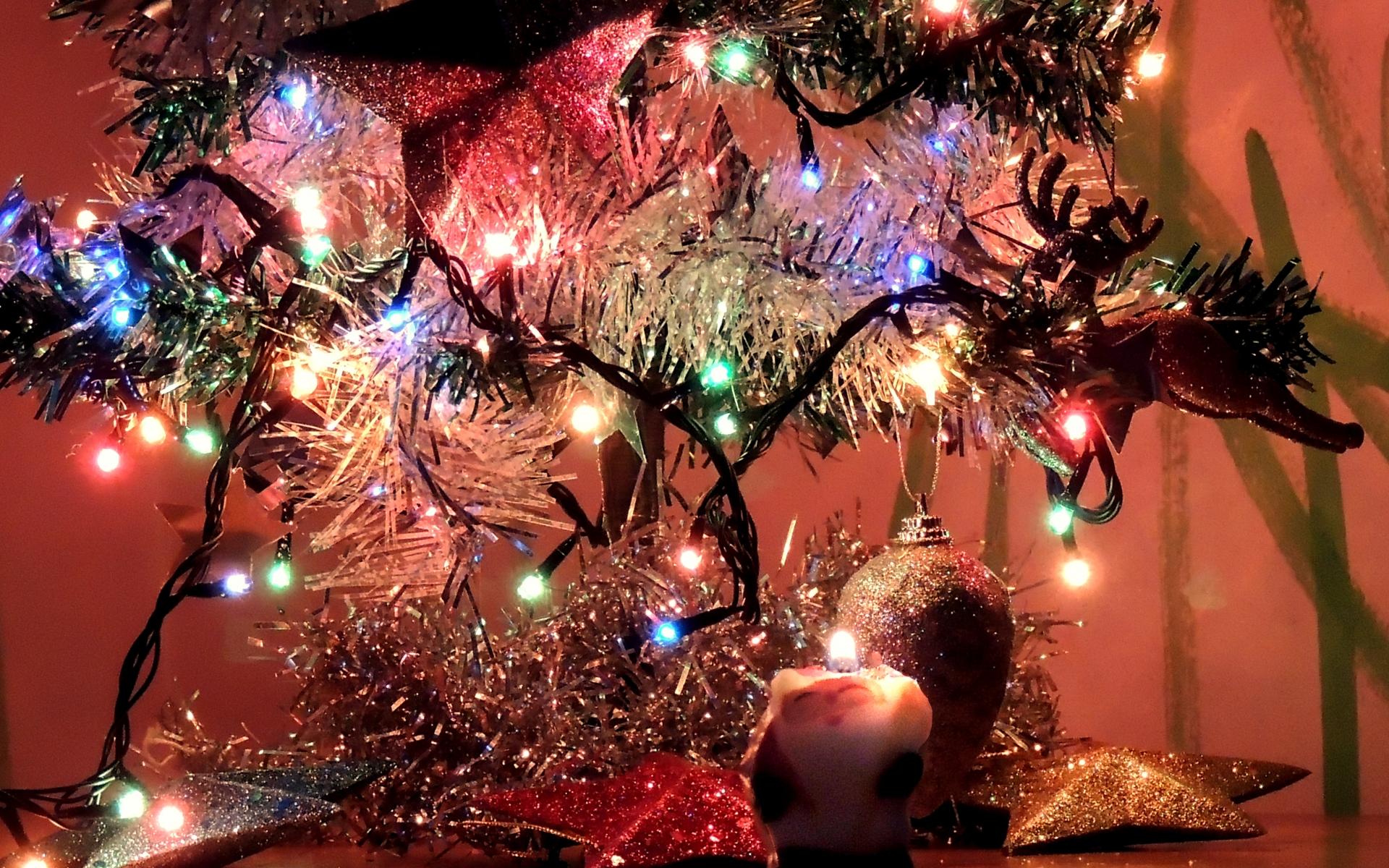 圣诞节主题PPT背景图片免费下载是由PPT宝藏(www.pptbz.com)会员zengmin上传推荐的节日PPT背景图片, 更新时间为2016-10-11,素材编号105498。 大部分的天主教教堂都会先在24日的平安夜,亦即12月25日凌晨举行子夜弥撒,而一些基督教会则会举行报佳音,然后在12月25日庆祝圣诞节;基督教的另一大分支东正教的圣诞节庆则在每年的1月7日。 12月25日本是波斯太阳神(即光明之神)密特拉(Mithra)的诞辰,是一个异教徒节日,同时太阳神也是罗马国教众神之一。这一天又是罗马