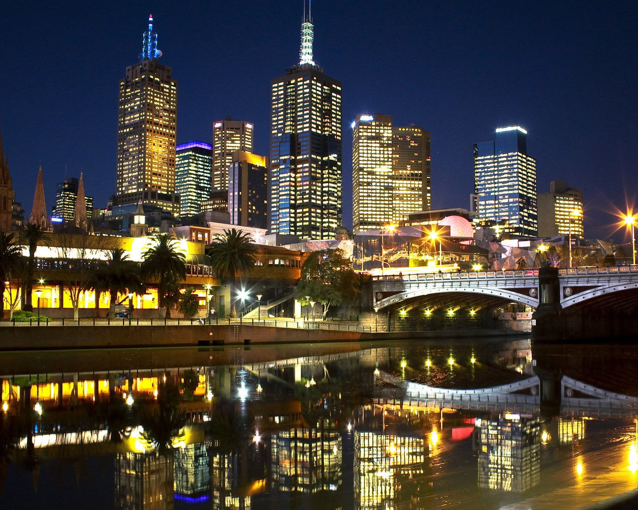 """墨尔本PPT背景图片免费下载是由PPT宝藏(www.pptbz.com)会员zengmin上传推荐的风景PPT背景图片, 更新时间为2016-10-27,素材编号109290。 墨尔本(Melbourne)是澳大利亚维多利亚州的首府,澳洲文化、工业中心,是南半球最负胜名的文化名城。墨尔本是澳大利亚维多利亚州的首府,城市绿地率高达40%。大墨尔本地区面积达到3,400平方英里(8806平方公里),是南半球较广大的都会区之一。墨尔本城市环境非常优雅,曾荣获联合国人居奖,并连续多年被联合国人居署评为""""全球最适"""