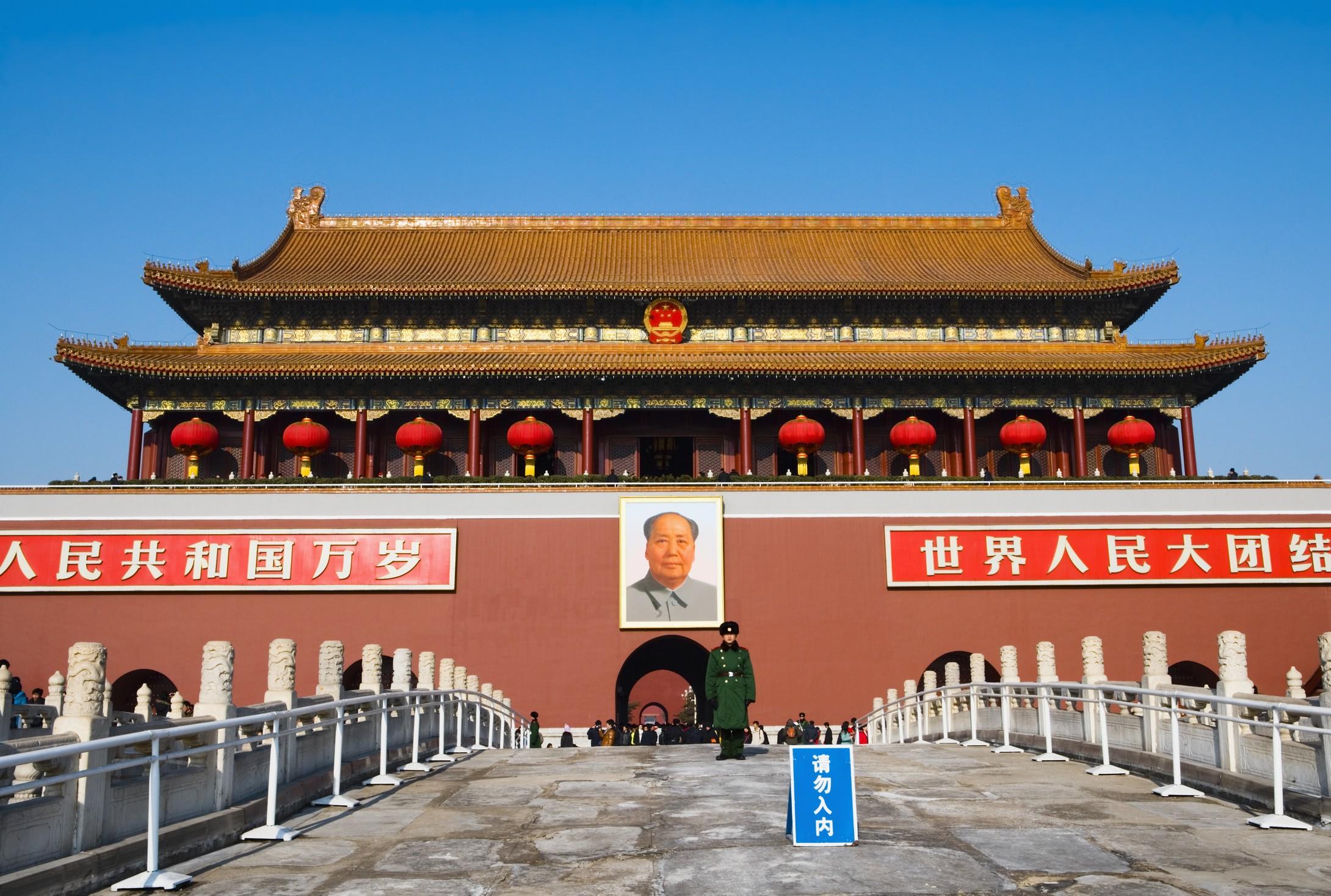 天安门PPT背景图片免费下载是由PPT宝藏(www.pptbz.com)会员zengmin上传推荐的风景PPT背景图片, 更新时间为2016-10-02,素材编号104322。 天安门是中华人民共和国的象征,坐落在中华人民共和国首都北京市的中心、故宫的南端,与天安门广场隔长安街相望。是明清两代北京皇城的正门。设计者为明代御用建筑匠师蒯祥。城台下有券门五阙,中间的券门最大,位于北京皇城中轴线上,过去只有皇帝才可以由此出入。正中门洞上方悬挂着巨大的毛泽东主席画像,两边分别是中华人民共和国万岁和世界人民