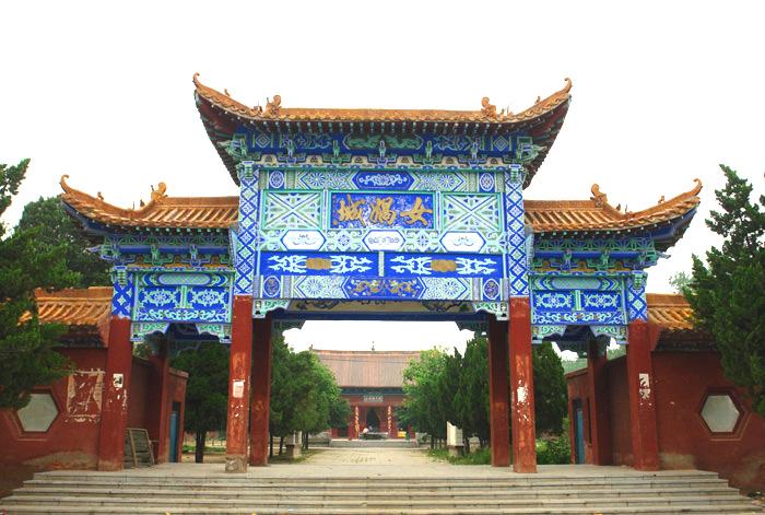 女娲城PPT背景图片免费下载是由PPT宝藏(www.pptbz.com)会员zengmin上传推荐的风景PPT背景图片, 更新时间为2016-12-31,素材编号117195。 女娲城位于河南省周口市西华县城北7.5公里的聂堆镇思都岗村。1986年被定为河南省省级文物保护单位。1994年,国家、省、市旅游部门和文物部门通过考察论证,将女娲城列为市级重点旅游景点建设项目。现今的女娲城已成为在全国范围都有影响的大型女娲祭祀观光胜地。 女娲,是我国古代神话传说中的人类始祖,她抟泥为人、化育万物、炼石补天并发明了