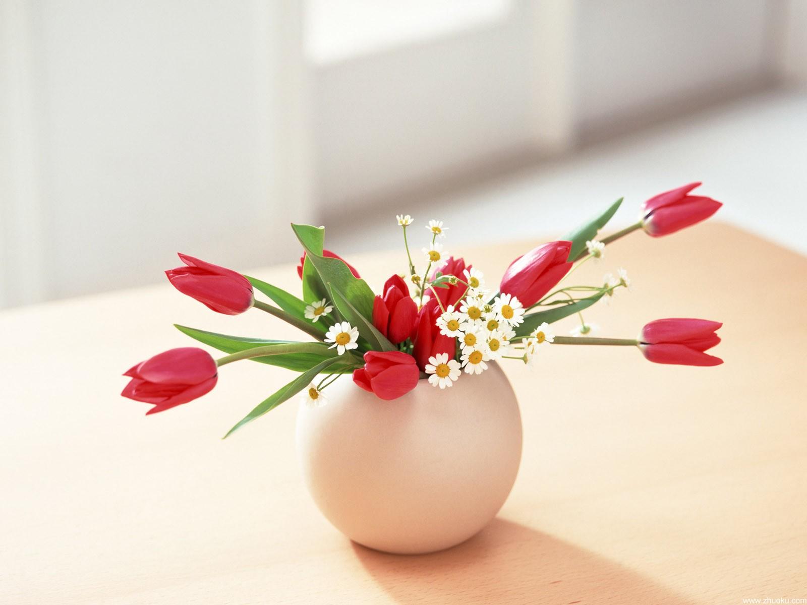 室内唯美花瓶装饰PPT背景图片免费下载是由PPT宝藏(www.pptbz.com)会员zengmin上传推荐的简约PPT背景图片, 更新时间为2017-01-21,素材编号120573。 花瓶,是一种开放性容器,经常用来盛载花卉。制造花瓶的材料包括瓷、陶瓷和玻璃。瓶身经常被各种花纹装饰,来增加它的美观。 花瓶的英文翻译是:Vase花瓶是一种器皿,多为陶瓷或玻璃制成,外表美观光滑;名贵者有水晶等昂贵材料制成 用来盛放花枝的美丽植物,花瓶底部通常盛水,让植物保持活性与美丽。 现代的家居装饰品,仅仅实用是不够的