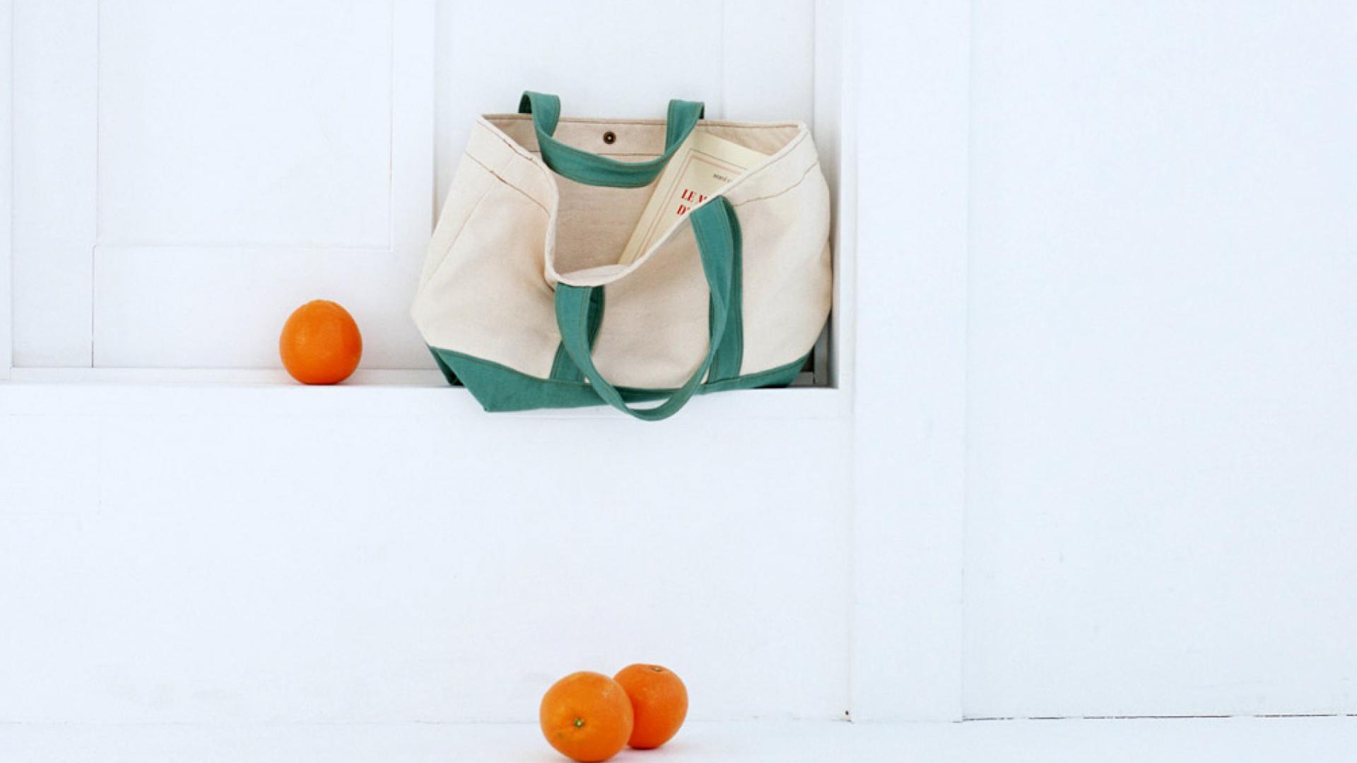 小清新家居静物唯美包包PPT背景图片免费下载是由PPT宝藏(www.pptbz.com)会员zengmin上传推荐的简约PPT背景图片, 更新时间为2017-01-22,素材编号120821。 包(英文:Bag),即手袋箱包,包括钱包、钥匙包、零钱包、手拿包、拎包、背包、书包、挎包、公文包等等。 一些女性为了节省时间,在不同场合均使用同一只包,有时因与装扮不搭配,看起来不协调。最好是准备几个包,分别用于上班、休闲和晚宴等不同场合。上班时用的包应该大一些,这样可以存放较多的必备用品,但式样必须大方,与上班形