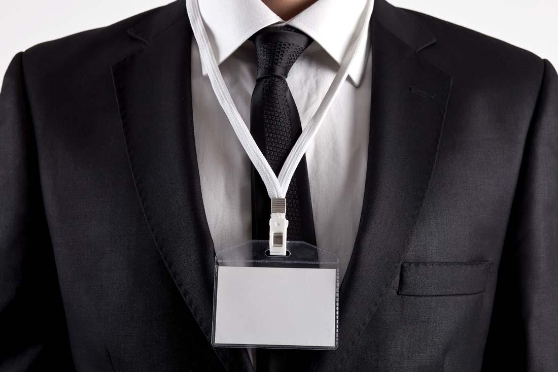 展示空白工作证的商务人士ppt背景图片下载