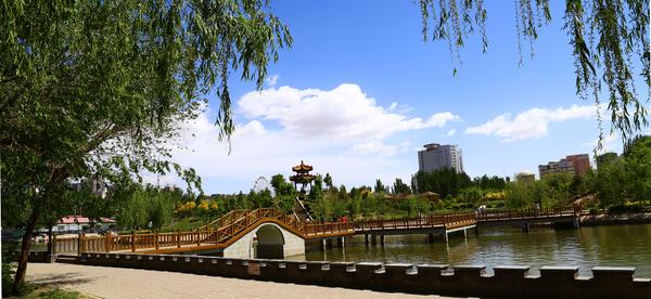 巴彦淖尔PPT背景图片免费下载是由PPT宝藏(www.pptbz.com)会员zengmin上传推荐的风景PPT背景图片, 更新时间为2016-11-10,素材编号110919。 巴彦淖尔市,是内蒙古自治区西部的一个新兴城市,巴彦淖尔系蒙古语,意为富饶的湖泊,位于举世闻名的河套平原和乌拉特草原上,东接包头市,西邻阿拉善盟,南隔黄河与鄂尔多斯市相望,北与蒙古国接壤,交通便利,通讯便捷,气候干燥,气温偏低,自然资源丰富,旅游资源独具特色,是中国恐龙的故乡,被誉为塞上江南,黄河明珠,北方新城,西部热土