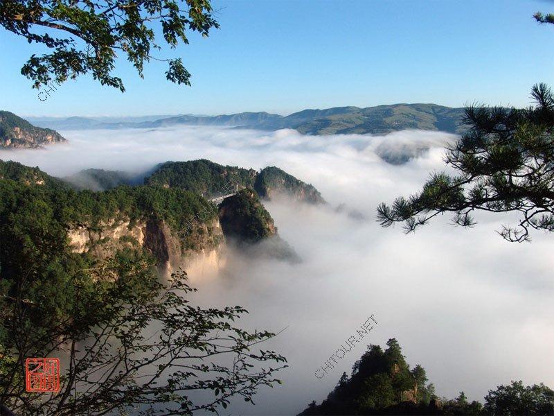 平凉崆峒山PPT背景图片免费下载是由PPT宝藏(www.pptbz.com)会员zengmin上传推荐的风景PPT背景图片, 更新时间为2016-10-15,素材编号106217。 崆峒山属六盘山支脉,是天然的动植物王国,有各类植物1000多种,动物300余种,森林覆盖率达90%以上。其间峰峦雄峙,危崖耸立,似鬼斧神工;林海浩瀚,烟笼雾锁,如缥缈仙境;高峡平湖,水天一色,有漓江神韵。 朝阳洞林峦托日出,佛窟披金颜。 面壁审时势,修行知天年, 探奇游迹至,踞幽情怡然。 空洞腹中趣,地心不胜寒。 崆峒山有许多
