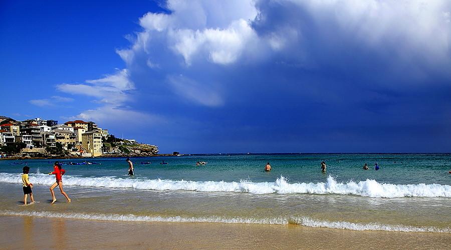 悉尼邦迪海滩PPT背景图片免费下载是由PPT宝藏(www.pptbz.com)会员zengmin上传推荐的风景PPT背景图片, 更新时间为2017-01-05,素材编号117758。 在南海滩和北海滩中最受当地人和游客们欢迎的是邦迪海滩(BondiBeach)。邦迪在澳大利亚原居民的语言中,是激碎在岩石上的浪花,顾名思义,蓝色的大海与洁白的浪花交相辉映,美丽绝伦。 这里无论在夏季或冬季,都是悉尼的精华所在,海滩的生活非常舒适,每当夏季,这里也是日光浴和冲浪的绝佳地点,游客也可在这里观看一场嘉年华会。邦迪