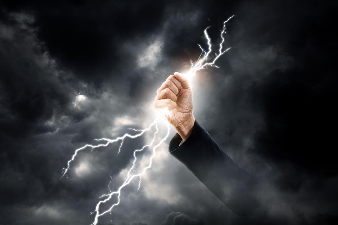 手握闪电的商务人士ppt背景图片下载