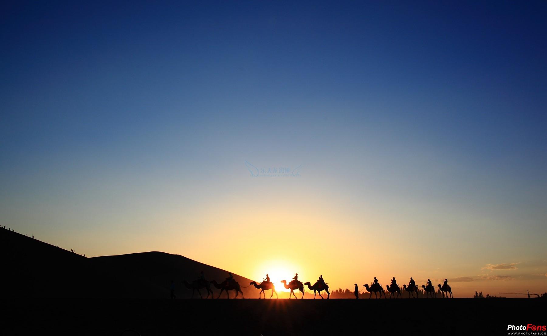 """敦煌PPT背景图片免费下载是由PPT宝藏(www.pptbz.com)会员zengmin上传推荐的风景PPT背景图片, 更新时间为2016-09-28,素材编号103948。 敦煌市,是甘肃省酒泉市代管的一个县级市,位于甘肃省西北部,历来为丝绸之路上的重镇,是国家历史文化名城。敦煌东峙峰岩突兀的三危山,南枕气势雄伟的祁连山,西接浩瀚无垠的塔克拉玛干大沙漠,北靠嶙峋蛇曲的北塞山,以敦煌石窟及敦煌壁画而闻名天下,是世界文化遗产莫高窟和汉长城边陲玉门关及阳关的所在地。 莫高窟莫高窟又称""""千佛洞&rd"""