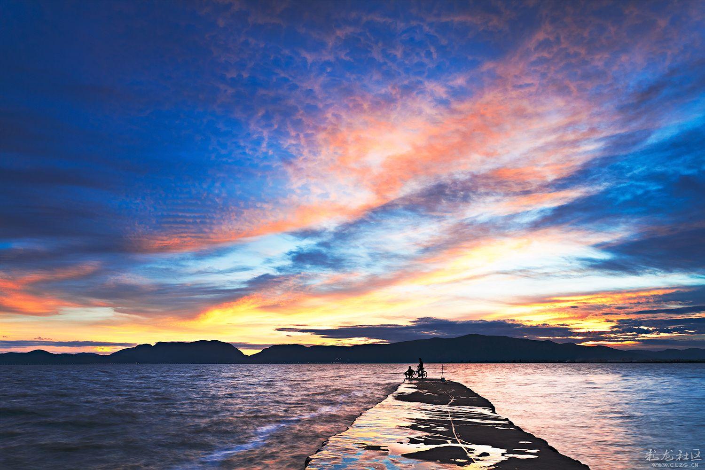 滇池PPT背景图片免费下载是由PPT宝藏(www.pptbz.com)会员zengmin上传推荐的风景PPT背景图片, 更新时间为2016-11-10,素材编号110934。 滇池亦称昆明湖、昆明池。中国云南省大湖,在昆明市西南。有盘龙江等河流注入,湖面海拔1886米,面积330km²,平均水深5米,最深8米。湖水在西南海口泄出,称螳螂川,为金沙江支流普渡河上源。滇池是云南省最大的淡水湖,有高原明珠之称。过去环湖地区常有洪涝水患,早在1262年就在盘龙江上建松华坝,1268年又开凿海口河,加大滇