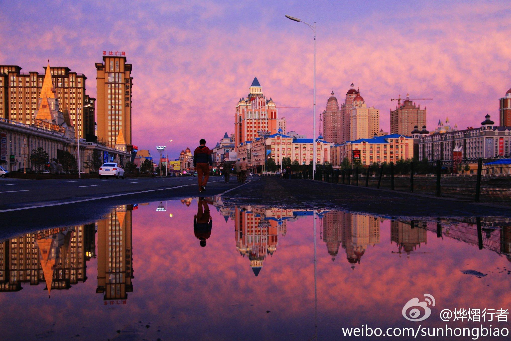 满洲里PPT背景图片免费下载是由PPT宝藏(www.pptbz.com)会员zengmin上传推荐的风景PPT背景图片, 更新时间为2016-10-12,素材编号105754。 满洲里是内蒙古自治区直辖县级市和内蒙古自治区计划单列市(准地级市),代管呼伦贝尔市扎赉诺尔区,是中国最大的陆运口岸城市,是国务院确定的国家重点开发开放试验区。境内满洲里口岸是中国最大的陆路口岸。满洲里市位于内蒙古呼伦贝尔大草原的西北部,东依大兴安岭、南濒呼伦湖、西临蒙古国、北接俄罗斯。全市总面积732平方公里(含扎赉诺尔区);总人
