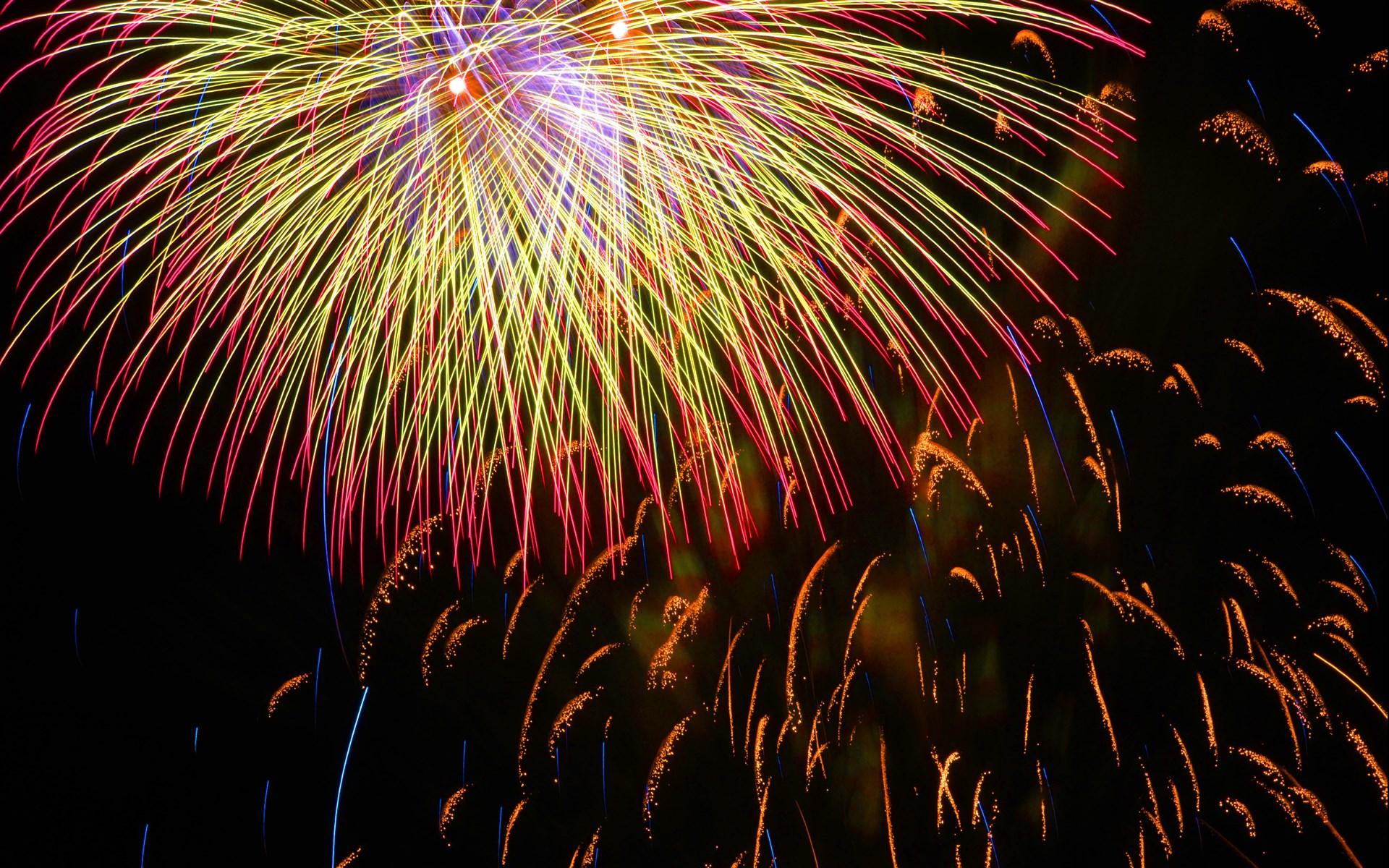 烟花新年PPT背景图片免费下载是由PPT宝藏(www.pptbz.com)会员zengmin上传推荐的节日PPT背景图片, 更新时间为2016-10-11,素材编号105490。 焰火要飞得高炸得开,效果才会好。所以,礼花弹中填充了大量用于发射以及爆炸的火药,只有这样才能达到好的表演效果。例如,一个直径为20厘米的礼花弹在发射后,要上升到大概200米的高空才会爆炸开来,让我们欣赏到五颜六色的星星点点。而这些星星点点覆盖的半径大约可以有80米左右。 不要小看这些星星点点,它们的温度可不低。在发光发亮时,它们