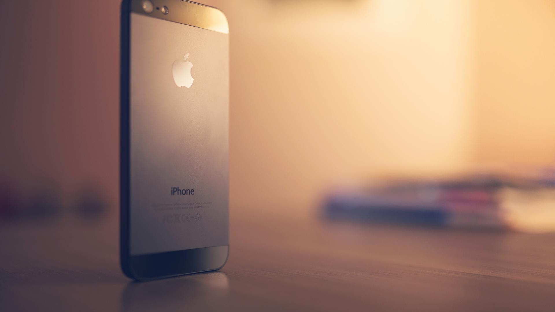 精选小清新lomo风格的苹果iPhonePPT背景图片免费下载是由PPT宝藏(www.pptbz.com)会员zengmin上传推荐的淡雅PPT背景图片, 更新时间为2017-01-13,素材编号119162。 iPhone,是苹果公司旗下研发的智能手机系列,它搭载苹果公司研发的iOS手机作业系统。第一代iPhone于2007年1月9日由当时苹果公司CEO的史蒂夫乔布斯发布,并在同年6月29日正式发售。 第七代的iPhone 5S和iPhone 5C于2013年9月10日发布,同年9月20日正式发售。第八