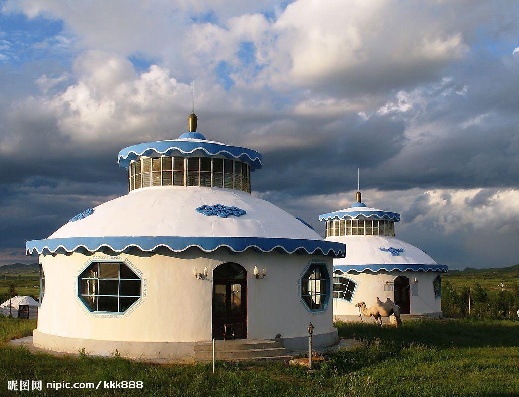 """蒙古PPT背景图片免费下载是由PPT宝藏(www.pptbz.com)会员陈思远上传推荐的风景PPT背景图片, 更新时间为2016-11-13,素材编号111242。 这是蒙古PPT背景图片,包括了蒙古族大简介,蒙古包,蒙古服,蒙古乐器,蒙古马等内容,欢迎点击下载。 蒙古大家族 ——关于蒙古族的介绍 蒙古族大简介 没错,他们就是蒙古族 蒙古族是一个历史悠久而又富有传奇色彩的民族,过着""""逐水草而迁徙""""的游牧生活。中国的大部分草原都留下了蒙古族牧民的足迹,因而被"""