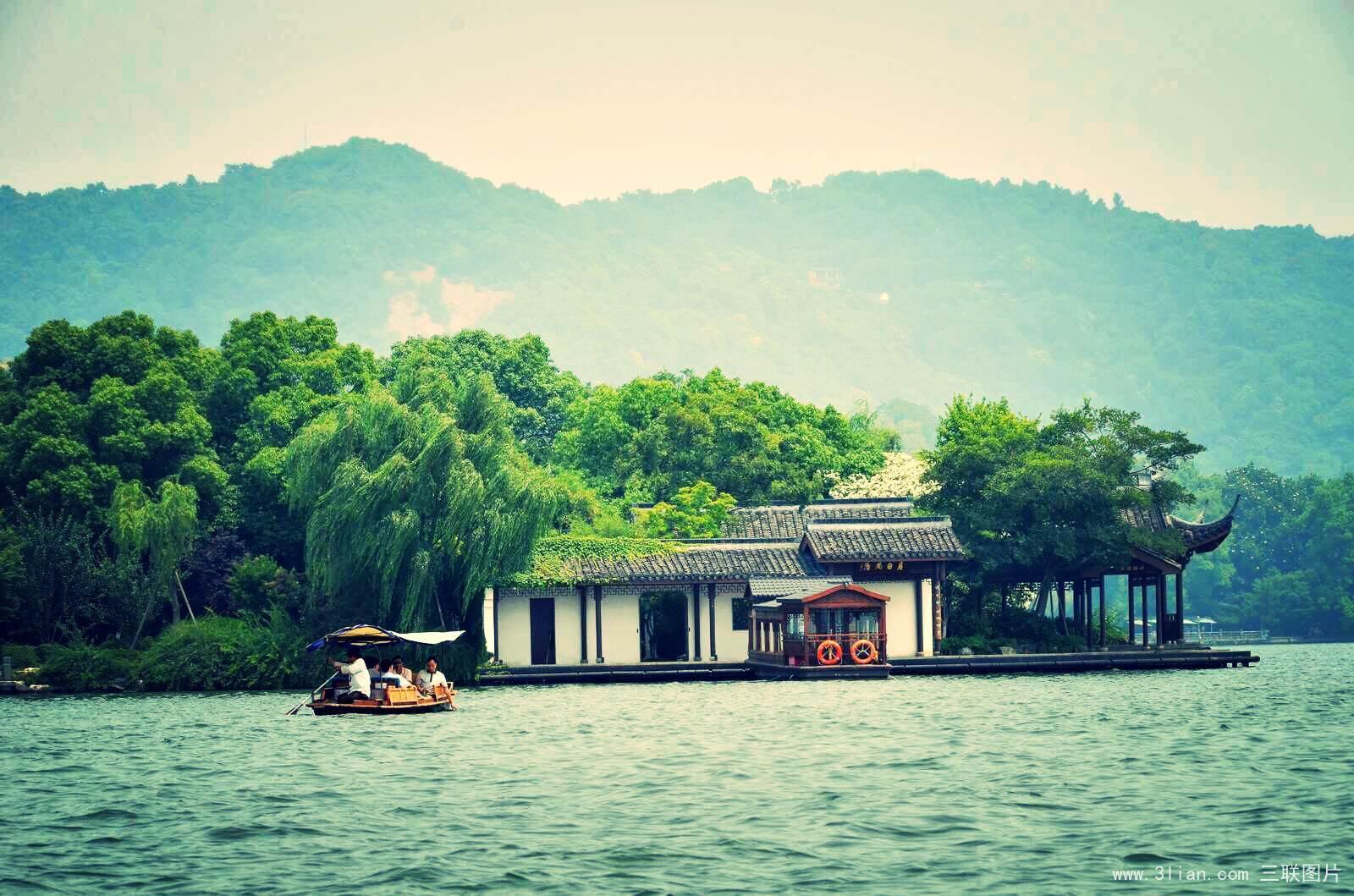 西湖PPT背景图片免费下载是由PPT宝藏(www.pptbz.com)会员zengmin上传推荐的风景PPT背景图片, 更新时间为2016-09-22,素材编号103160。 西湖,位于浙江省杭州市西部,是中国主要的观赏性淡水湖泊,也是中国首批国家重点风景名胜区。西湖三面环山,面积约6.39平方千米,东西宽约2.