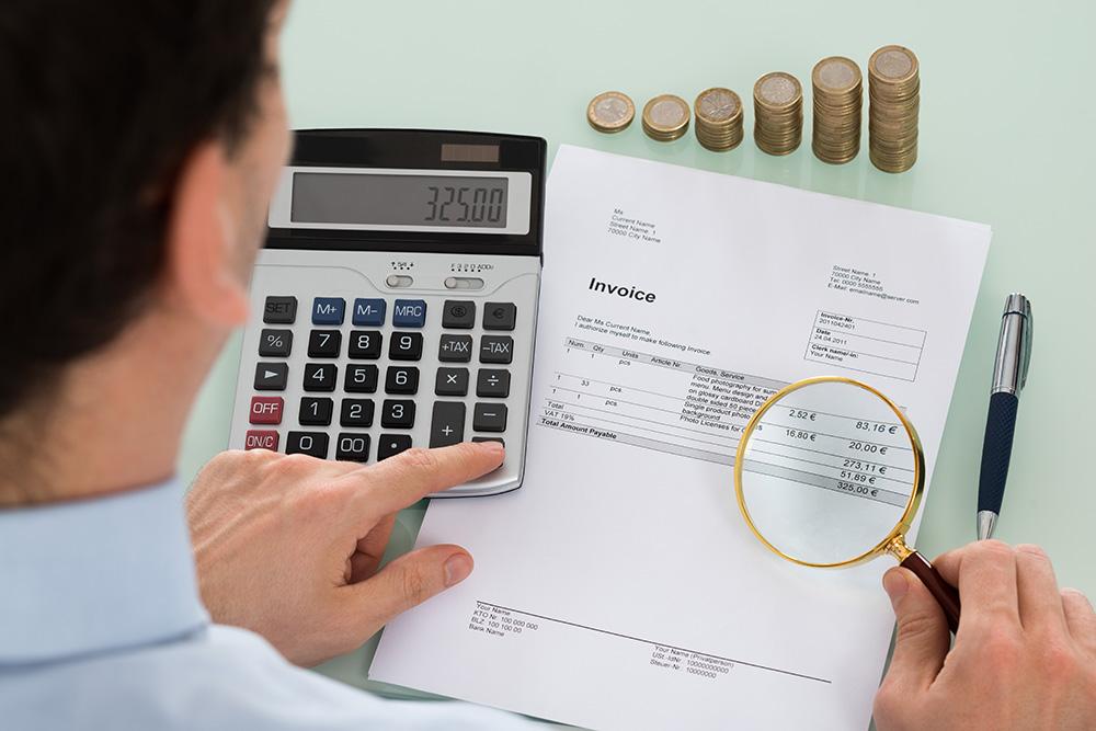 财务审计的商务人士ppt背景图片下载_幻灯片模板免费