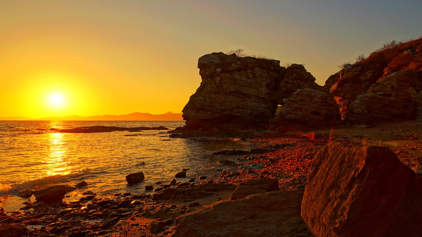 """金石滩PPT背景图片免费下载是由PPT宝藏(www.pptbz.com)会员zengmin上传推荐的风景PPT背景图片, 更新时间为2016-10-10,素材编号105470。 辽宁省大连市金石滩是国家级风景名胜区、国家级旅游度假区、国家AAAAA级旅游景区、国家级地质公园。金石滩全区陆地面积62平方公里,海域面积58平方公里,三面环海,冬暖夏凉,气候宜人,凝聚了3-9亿年地质奇观,有""""神力雕塑公园""""之美誉。主要景点有海水浴场、金石缘公园、国家地质公园、金石蜡像馆、发现王国等。 金石滩国家旅游度假区为"""