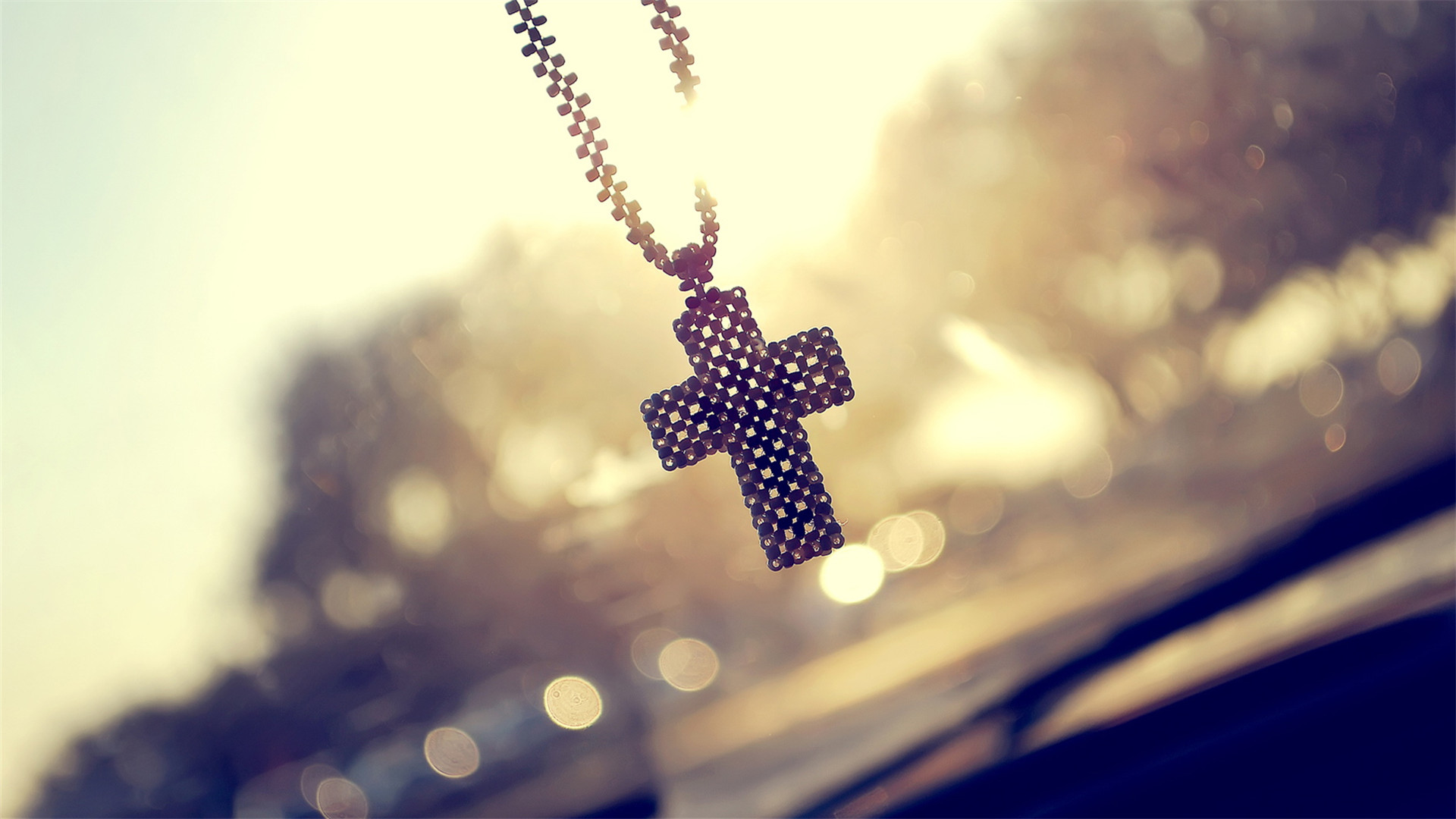 阳光下的唯美十字架挂件ppt背景图片下载