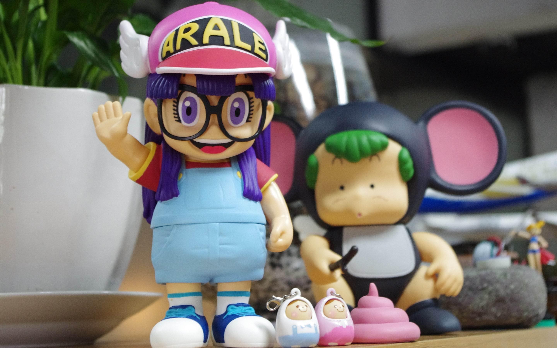 """阿拉蕾卡通版可爱搞笑PPT背景图片免费下载是由PPT宝藏(www.pptbz.com)会员zengmin上传推荐的简约PPT背景图片, 更新时间为2017-01-22,素材编号120783。 《阿拉蕾》(又名《怪博士与机器娃娃》、《IQ博士》)是日本著名漫画家鸟山明在1980年代漫画作品。改编的电视动画由东映动画制作,於1981年4月8日至1986年2月19日於富士电视台系列播放(日本时间每星期三19:00-19:30)。 一个可爱,活泼的机器人从怪博士的手中诞生了,怪博士给她取名叫""""小云&r"""
