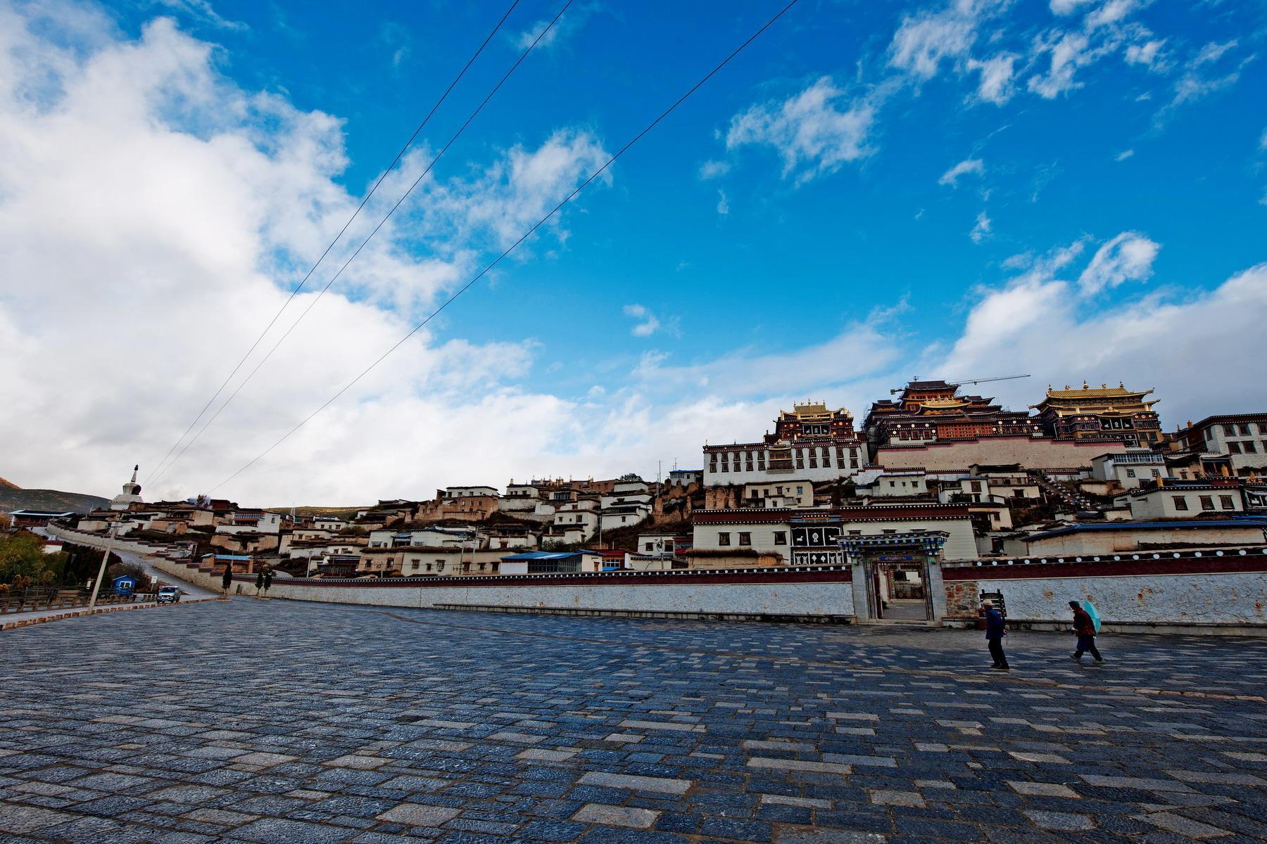 香格里拉PPT背景图片免费下载是由PPT宝藏(www.pptbz.com)会员zengmin上传推荐的风景PPT背景图片, 更新时间为2016-09-23,素材编号103329。 香格里拉市是迪庆藏族自治州下辖市之一,市境位于云南省西北部,是滇、川及西藏三省区交汇处,也是三江并流风景区腹地。截至到2014年,香格里拉市总面积11613平方公里,辖4个镇、7个乡,共有6个社区、58个行政村。2011年,香格里拉市年末总人口为174585人,除主体民族藏族外还有汉族、纳西族、彝族、白族等十几个民族,人口密度